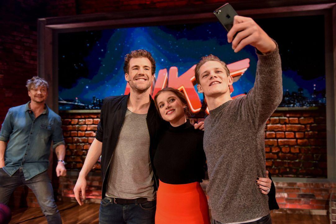 """Gruppen-Selfie bei """"LUKE! Die Woche und ich"""": Diese Woche begrüßt Luke Mockridge (2.v.l.) die beiden Schauspieler Jella Haase (2.v.r.) und Max von d... - Bildquelle: Steffen Z. Wolff SAT.1"""