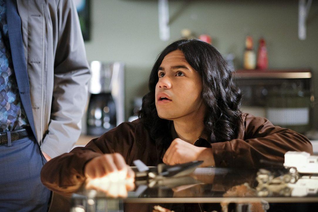 Während Cisco (Carlos Valdes) erlebt, wie es ist, wenn man plötzlich winzig klein ist, entschließt sich Barry im Gefängnis dazu, einem neuen Freund... - Bildquelle: 2017 Warner Bros.