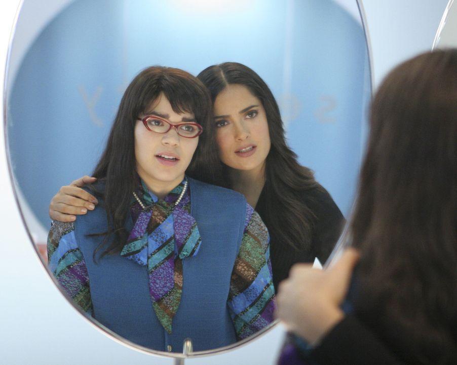 Sofia (Salma Hayek, r.) versucht Betty (America Ferrera, l.) aufzuheitern ... - Bildquelle: Buena Vista International Television