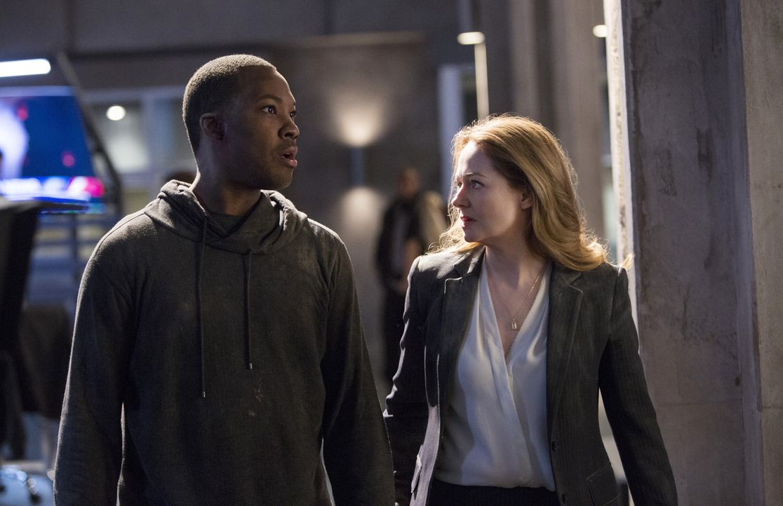 Nachdem ihr Mann John von den Terroristen entführt wurde, startet Rebecca (Miranda Otto, r.) mit Eric (Corey Hawkins, l.) einen erneuten Alleingang,... - Bildquelle: 2017 Fox and its related entities.  All rights reserved.