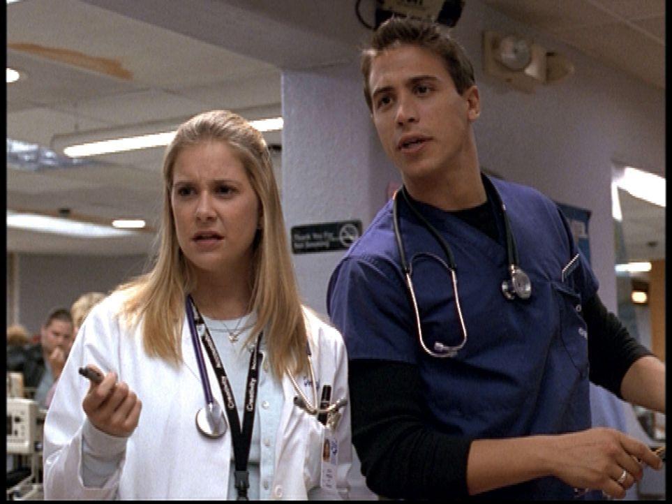 Malucci (Erik Palladino, r.) bittet Lucy (Kellie Martin, l.), seiner Patientin Mut zuzusprechen. - Bildquelle: TM+  2000 WARNER BROS.