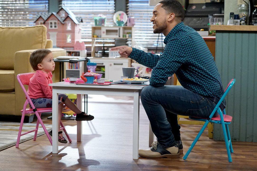 Während Emmas und Tucker Dobbs' (Tahj Mowry, l.) Teeparty ist noch alles ruhig, doch das wird sich bald ändern .... - Bildquelle: Eric McCandless ABC Family