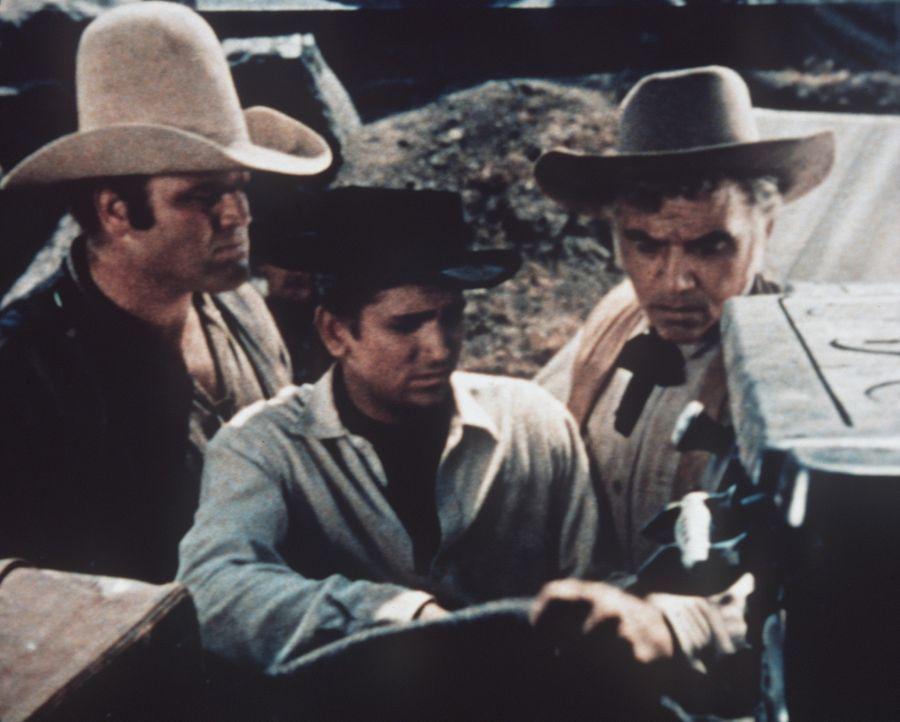 (v.l.n.r.) Hoss (Dan Blocker), Little Joe (Michael Landon) und Ben Cartwright (Lorne Greene) stellen mit Bedauern fest, dass Annies Vater gestorben... - Bildquelle: Paramount Pictures