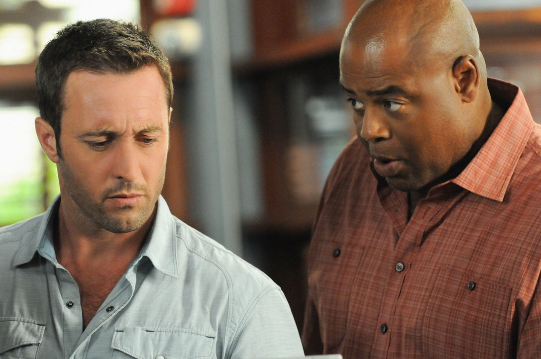 Als ein wohlhabendes Ehepaar in ihrem Haus eiskalt hingerichtet wurde, beginnen Steve (Alex O'Loughlin, l.), Grover (Chi McBride, r.) und das restli... - Bildquelle: 2014 CBS Broadcasting Inc. All Rights Reserved.