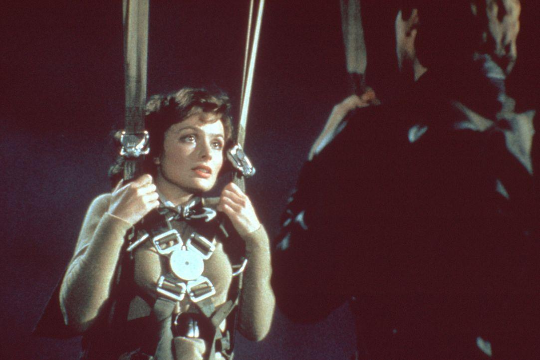 Mit einem Fallschirm landet Hillary Flammond (Lucy Gutteridge) auf dem Dach jenes Gefängnisses, in dem ihr Vater gefangen gehalten wird ... - Bildquelle: Paramount Pictures