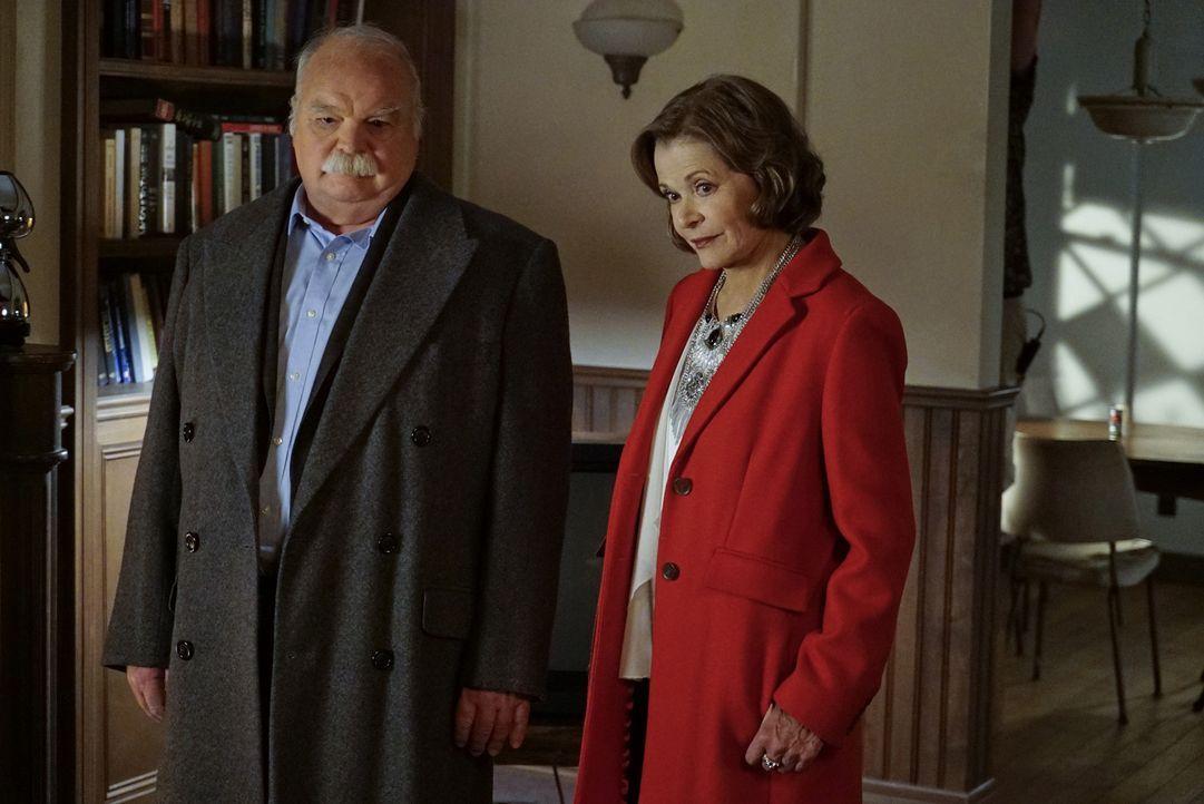 Unterstützen Gibbs und sein Team bei Ermittlungen in einem neuen Mordfall: die Hobbydetektive Judith McKnight (Jessica Walter, r.) und Walt Osorio (... - Bildquelle: Cliff Lipson CBS Television