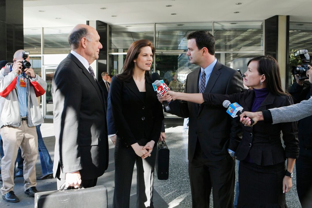 Nach zehn Jahren Haft findet Veronica Day (Mariana Klaveno, M.) einen Anwalt (H. Richard Greene, 2.v.l.), der für sie in Berufung geht. Sie wurde da... - Bildquelle: ABC Studios