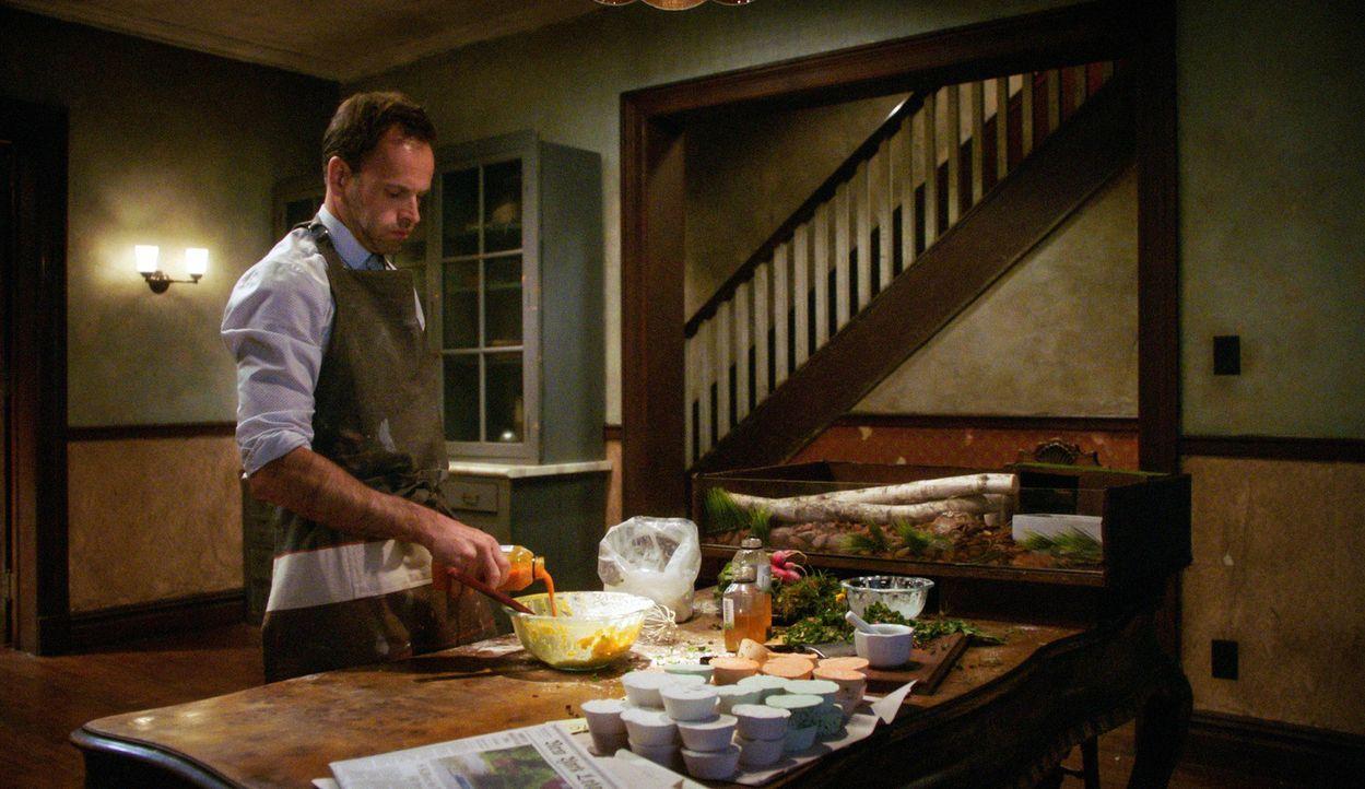 Um seinen Vater endlich loszuwerden, stimmt Holmes (Jonny Lee Miller) zu, seinem Vater bei einer Sache zu helfen, damit dieser im Tausch nach Hause... - Bildquelle: 2015 CBS Broadcasting, Inc. All Rights Reserved