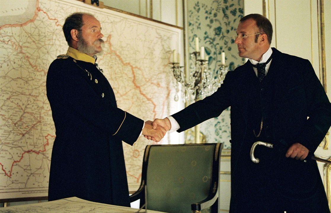 Schliemann (Heino Ferch, r.) reist nach Deutschland, um Kanzler Bismarck (August Schmölzer, l.) um Vermittlung in seiner Sache zu ersuchen. - Bildquelle: Stephan Rabold Sat.1
