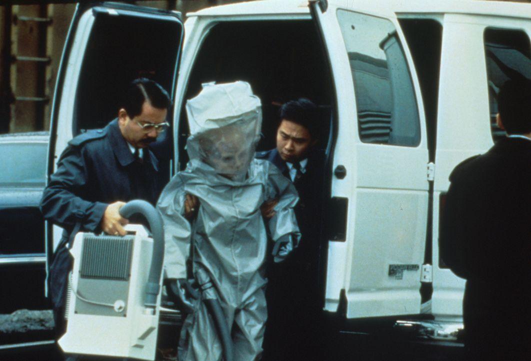 Japanische Geheimdienstler verladen einen lebenden Außerirdischen in einen Eisenbahnwaggon der amerikanischen Regierung. - Bildquelle: TM +   2000 Twentieth Century Fox Film Corporation. All Rights Reserved.