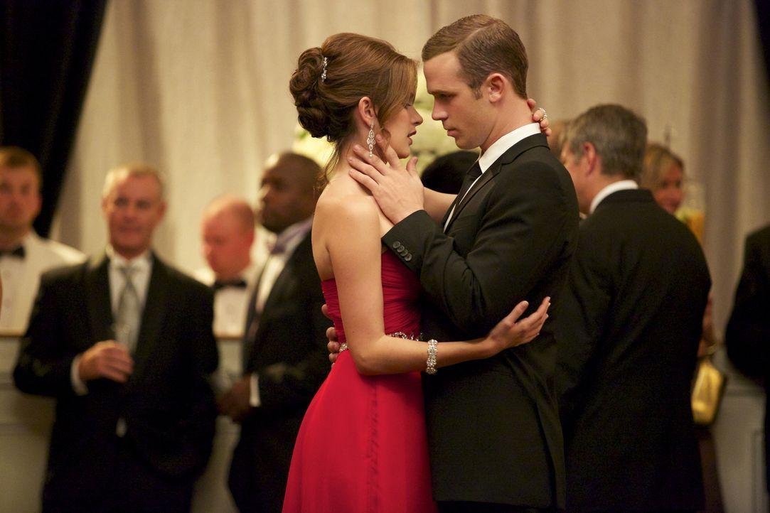Auf einem Ball kommen sich Jamie (Anna Wood, l.) und Roy (Cam Gigandet, r.) wieder näher, obwohl sie im Gericht auf unterschiedlichen Seiten stehen... - Bildquelle: 2013 CBS BROADCASTING INC. ALL RIGHTS RESERVED.