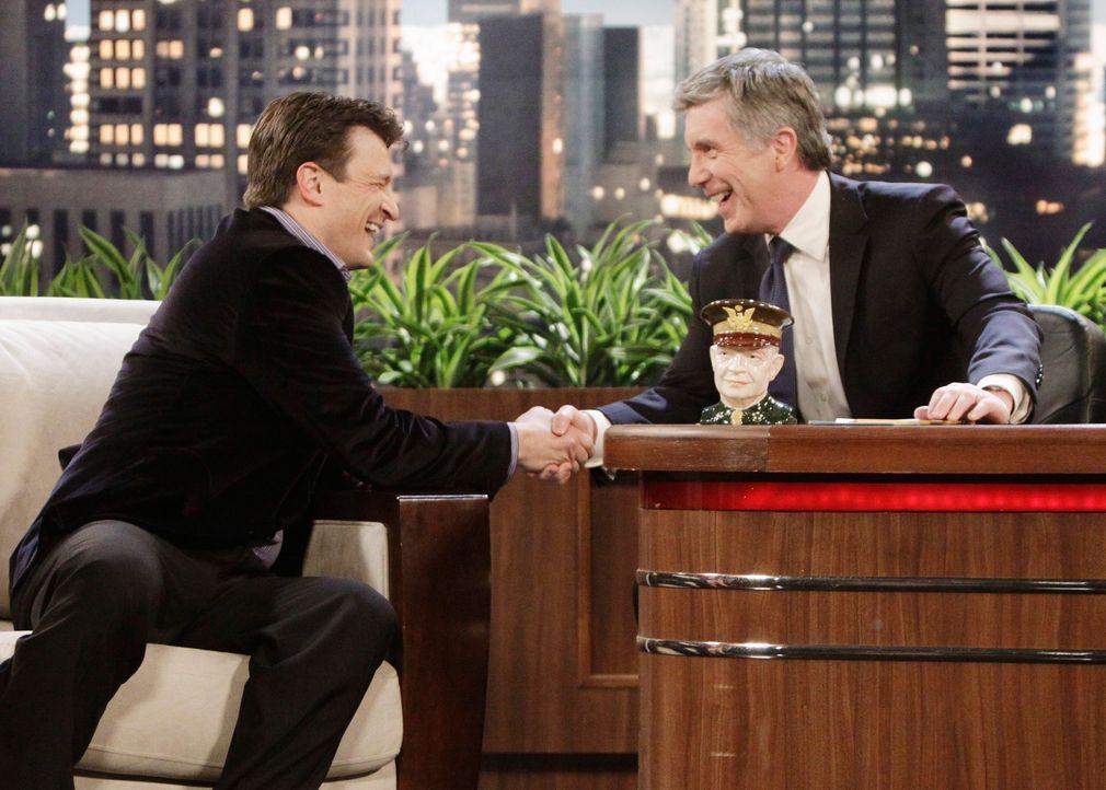 Bobby Mann (Tom Bergeron, r.), der Gastgeber einer Late-Night-Show, erzählt Castle (Nathan Fillion, l.) während der Sendung, dass sein Leben in Gefa... - Bildquelle: ABC Studios