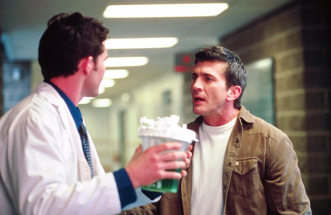 Jahre nach seinem Fehler nimmt Pete Jensen (Joe Lando, r.) seinen Job wieder auf. Eines Tages  bemerkt er, dass sich eine Reihe von verheerenden Wir... - Bildquelle: Cinetel Films Inc.