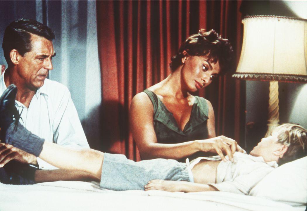 Tom Winston (Cary Grant, l.) und seine Haushälterin Cinzia (Sophia Loren, M.) kümmern sich um den kranken Robert (Charles Herbert, r.) ... - Bildquelle: Paramount Pictures