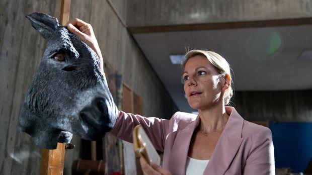 Als Claire (Sophie Schütt) sich in ihre Schulzeit zurückversetzt, in die Zeit...