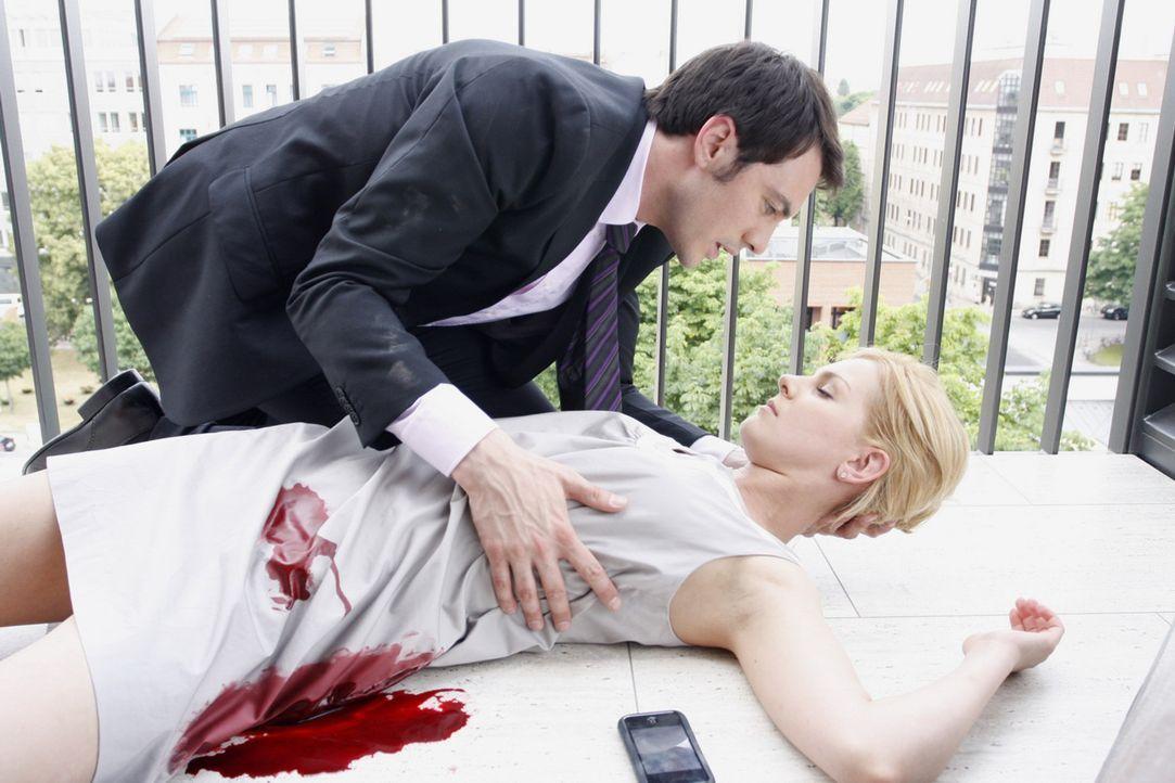 Mark (Arne Stephan, l.) entdeckt Alexandra (Ivonne Schönherr, r.), die in Lebensgefahr schwebt. Werden sie es noch rechtzeitig ins Krankenhaus scha... - Bildquelle: SAT.1