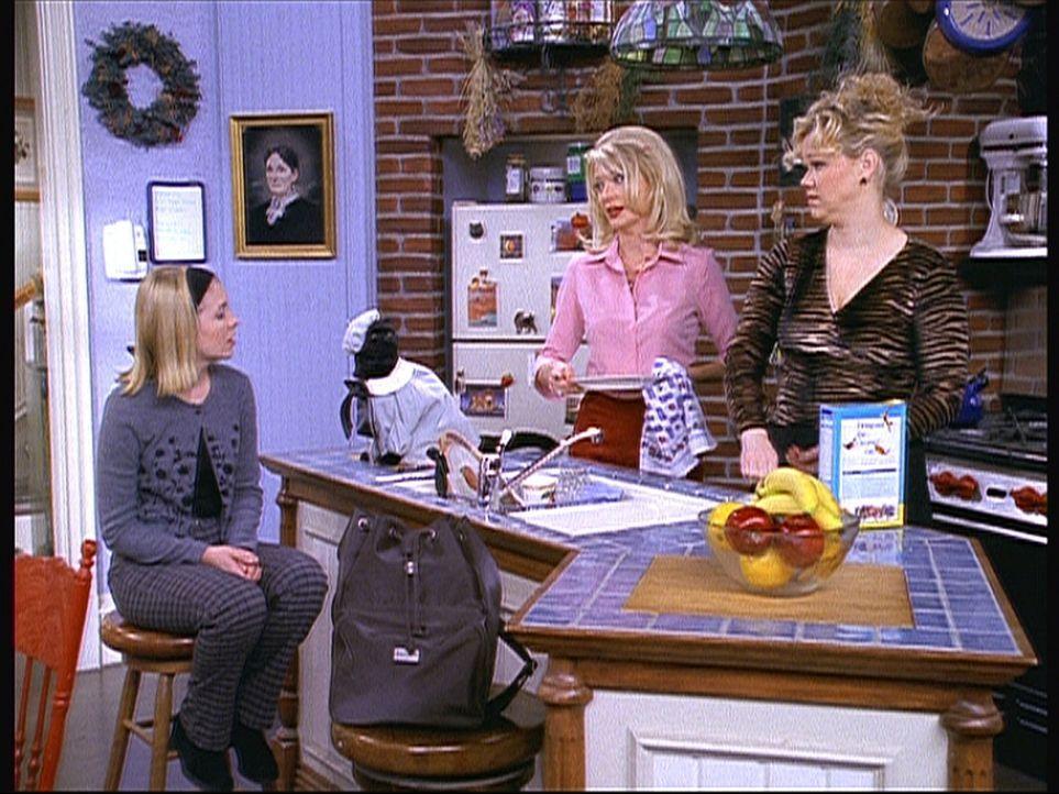 Wieder einmal muss Sabrina (Melissa Joan Hart, l.) sich eine Standpauke von Zelda (Beth Broderick, M.) und Hilda (Caroline Rhea, r.) anhören. - Bildquelle: Paramount Pictures