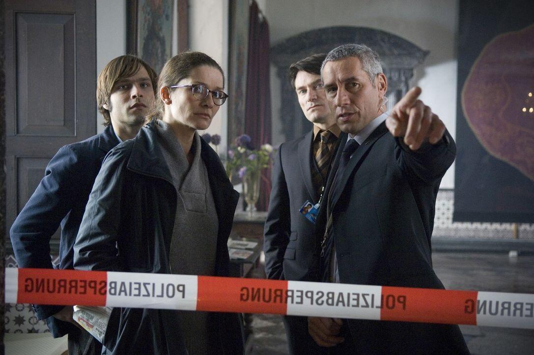 Kommissarin Meier (Iris Böhm, 2.v.l.) und ihr Assistent Fux (Tim Sander, l.) lassen sich von Bender (Ralph Herforth, r.), dem Sicherheitschef des Ho... - Bildquelle: Martin Menke Sat.1