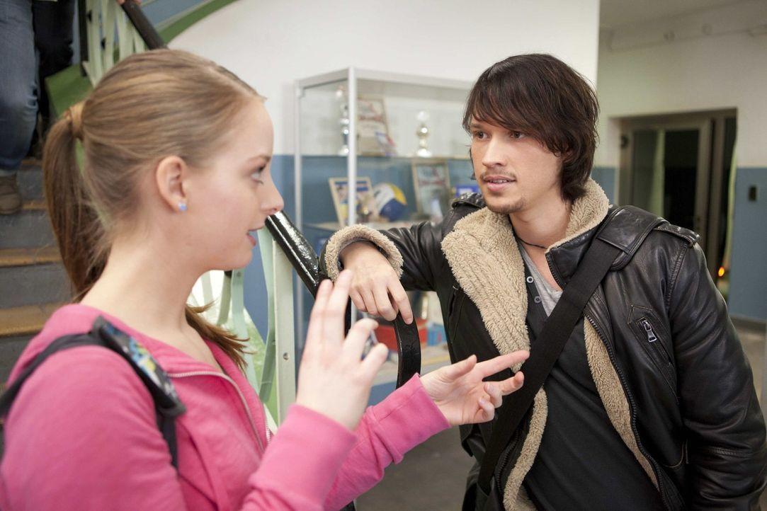 Ben (Christopher Kohn, r.) erfährt von Lara (Amelie Plaas-Link, l.), dass Bea dank Michael aus dem Gefängnis gekommen ist ... - Bildquelle: SAT.1