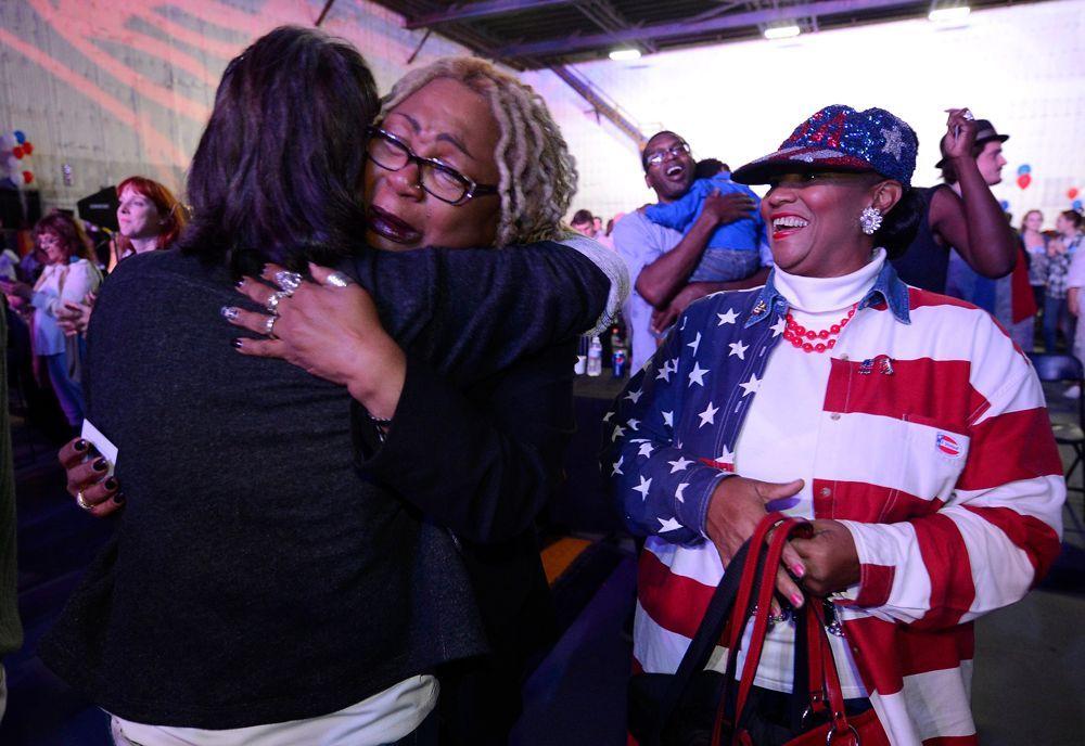 Zwei Anhängerinnen der demokratischen Partei überglücklich in Culver City, Kalifonien. - Bildquelle: dpa - Bildfunk +++ Verwendung nur in Deutschland