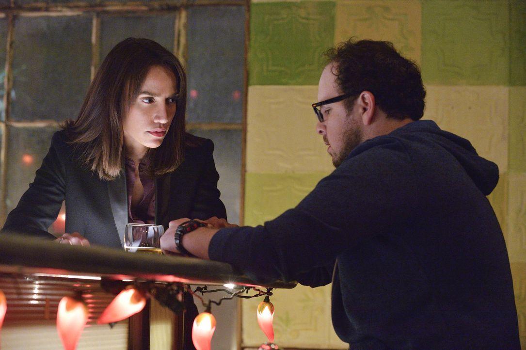 Während Vincent und Catherine weiter streiten, scheinen J.T. (Austin Basis, r.) und Tess (Nina Lisandrello, l.), sich langsam näher zu kommen ... - Bildquelle: Ben Mark Holzberg 2015 The CW Network, LLC. All rights reserved.