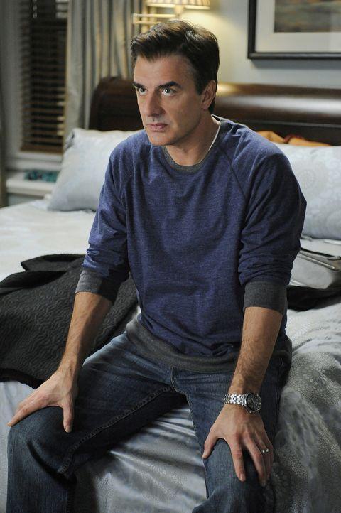Darf mit einer elektronischen Fußfessel am Bein zurück in seine Wohnung: Peter Florrick (Chris Noth) ... - Bildquelle: CBS Studios Inc. All Rights Reserved.
