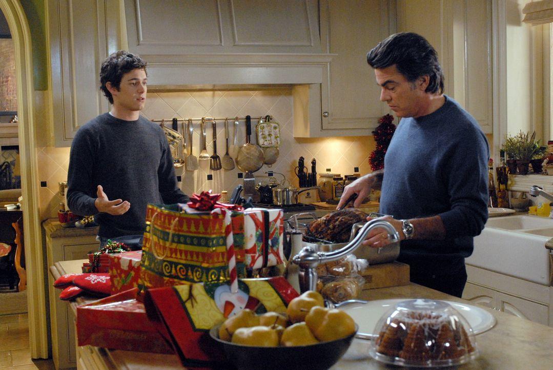 """Bereiten das alljährliche """"Chrismukkah"""" vor: Seth (Adam Brody, l.) und Sandy (Peter Gallagher, r.) ... - Bildquelle: Warner Bros. Television"""