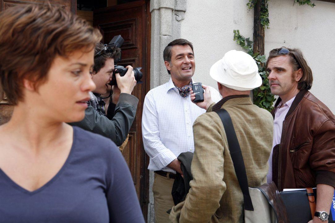 Paula (Muriel Baumeister, l.) kommt mit ihrem Chef Professor Urs Nägeli (Stefan Gubser, M.) aus dem Hotel und schon halten diverse Journalisten auf... - Bildquelle: Mara Truog Sat.1
