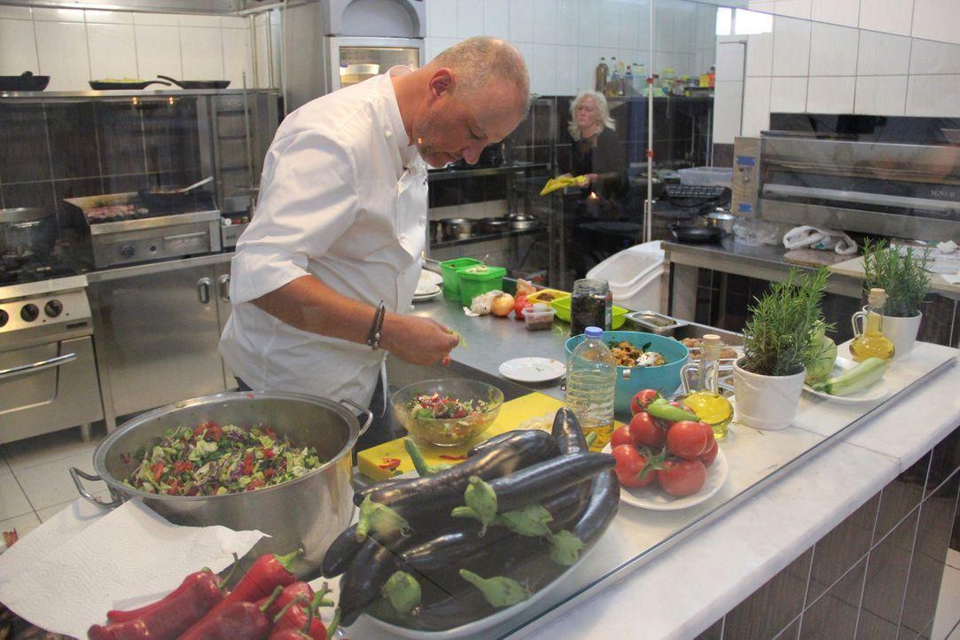 """In """"Rosin weltweit - Andere Länder, andere Fritten"""" greift Frank Rosin deutschen Auswanderern unter die Arme, deren Traum vom eigenen Restaurant fer... - Bildquelle: kabel eins"""