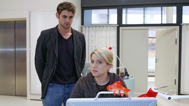 Jonas (Roy Peter Link, l.) lädt Anna (Jeanette Biedermann, r.) als Dank für d...