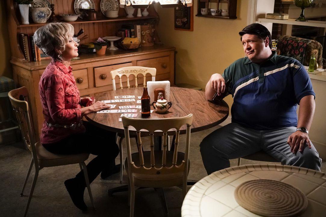 Meemaw (Annie Potts, l.); George (Lance Barber, r.) - Bildquelle: Warner Bros.