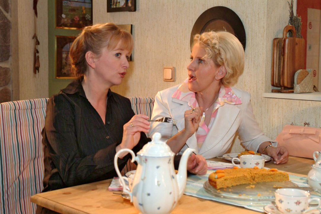 Helga (Ulrike Mai, l.) ist begeistert von Traudels (Gabriele Metzger, r.) Tätigkeit als Vertreterin für Aloe Vera-Produkte. Wäre das nicht auch e... - Bildquelle: Sat.1