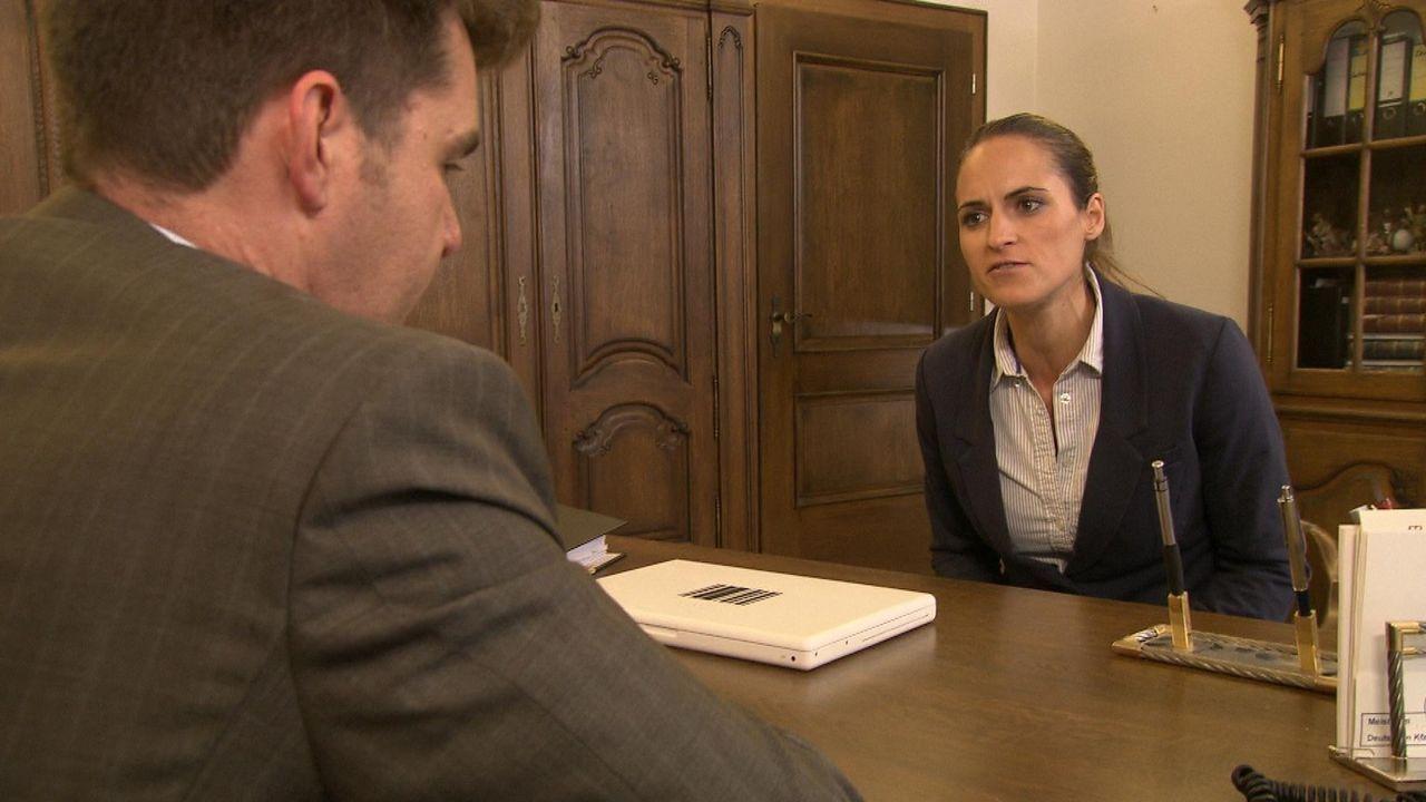 Judith Bode (r.) wird von einem Tag auf den anderen von ihrem Chef Rainer Merkl (l.) fristlos entlassen. Ihren Job soll ab sofort die attraktive Pra... - Bildquelle: SAT.1