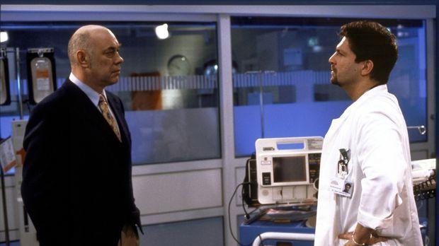 Professor Bischoff (Hans-Martin Stier, l.) teilt Jens Leyendecker (Francis Fu...