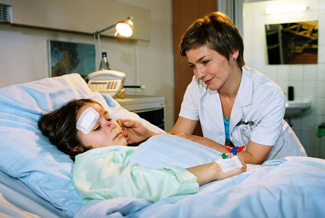 Die kleine Linda (Marie Luise Stahl, l.) spricht kein Wort. Stephanie (Claudia Schmutzler, r.) bemüht sich um ihr Vertrauen ... - Bildquelle: Monika Schürle Sat.1