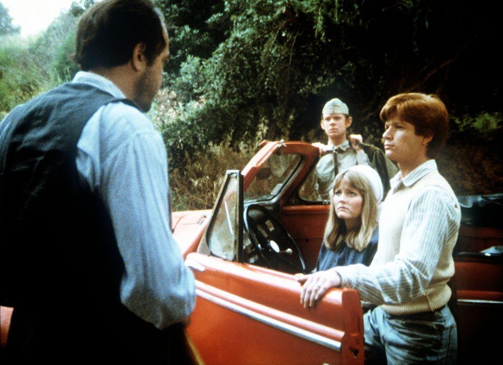 Calvin (George Ralph DiCenzo, l.) bedroht Ben (Eric Scott, r.) mit einem Gewehr. Jason (Jon Walmsley, 2.v.l.) und Cindy (Leslie Winston, 2.v.r.) wis... - Bildquelle: WARNER BROS. INTERNATIONAL TELEVISION