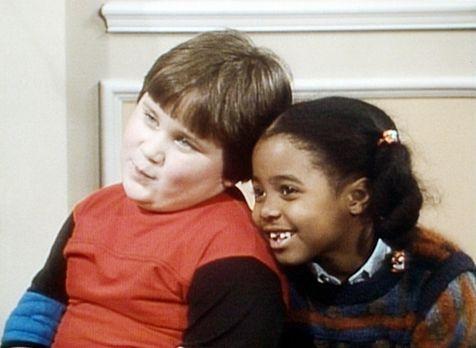 Bill Cosby Show - Rudy (Keshia Knight Pulliam, r.) spricht ihrem Freund Peter...