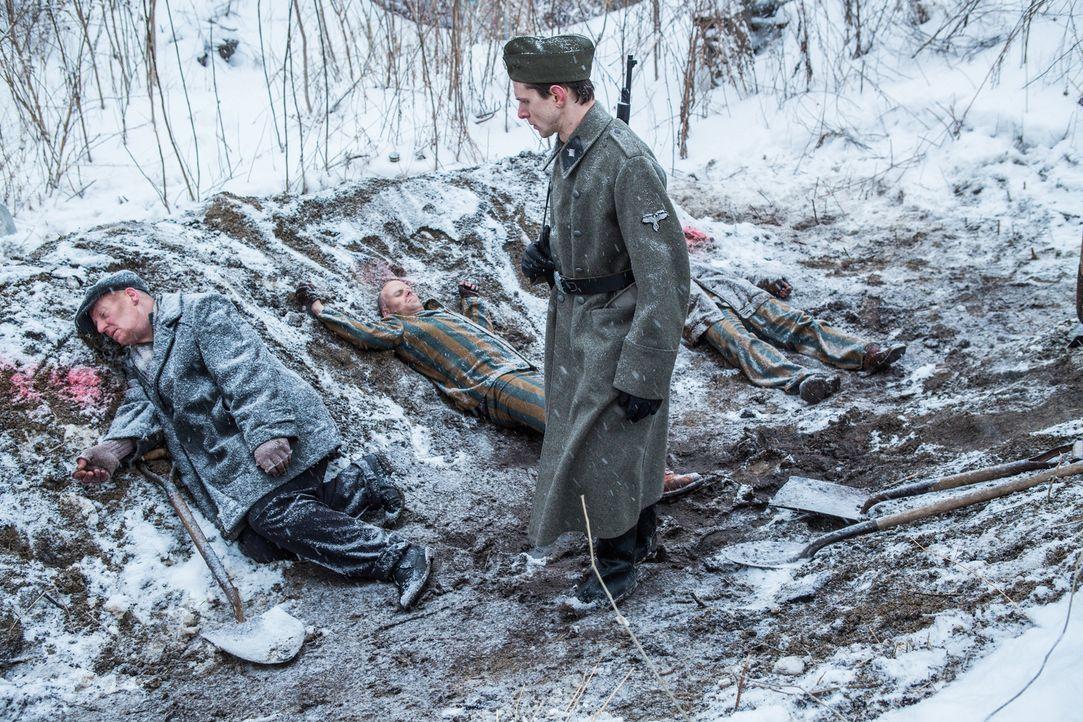 Der kaltblütige Mord seines Vorgesetzten an sieben Juden verfolgt SS-Soldat Adalbert Lallier (Liam Murphy) bis ins hohe Alter. Nach 50 Jahren spürt... - Bildquelle: Darren Goldstein Cineflix 2015