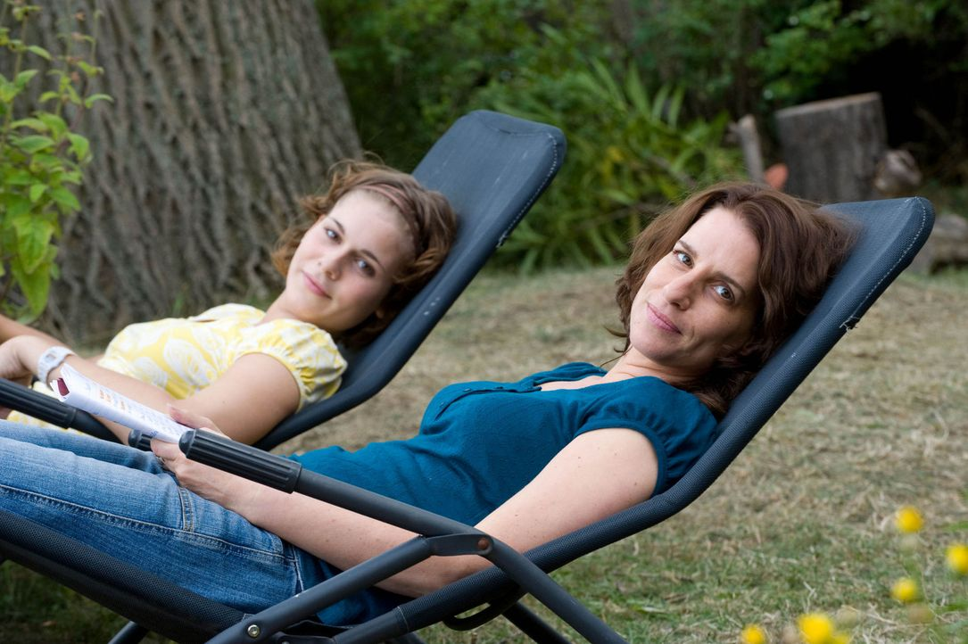 Seit der neue Eigentümer im Camp weilt, beginnt für Sabine (Stefanie Höner, r.) und ihre Tochter Rosa (Sarah Kim Gries, l.) eine bekleidete Zeit.... - Bildquelle: Sat.1
