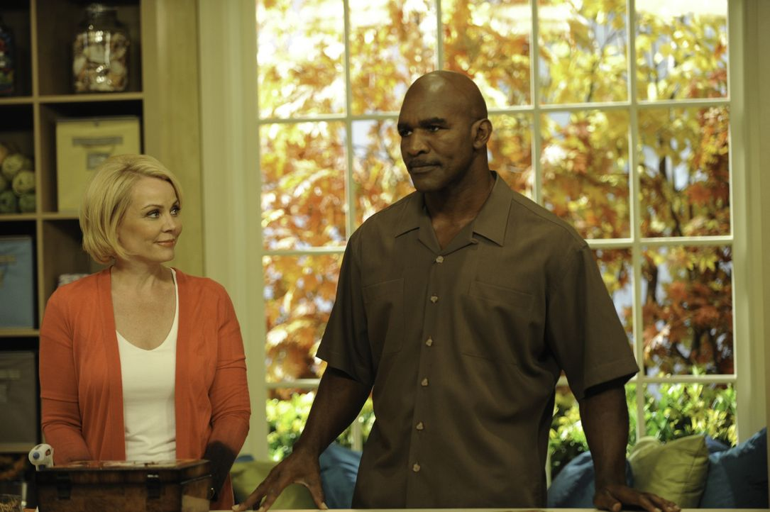 Was ist mit Anne Marie (Gail O'Grady, l.) und Evander Holyfield (Evander Holyfield, r.) los? - Bildquelle: 2011 Sony Pictures Television Inc. and Universal Network Television LLC.  All Rights Reserved.