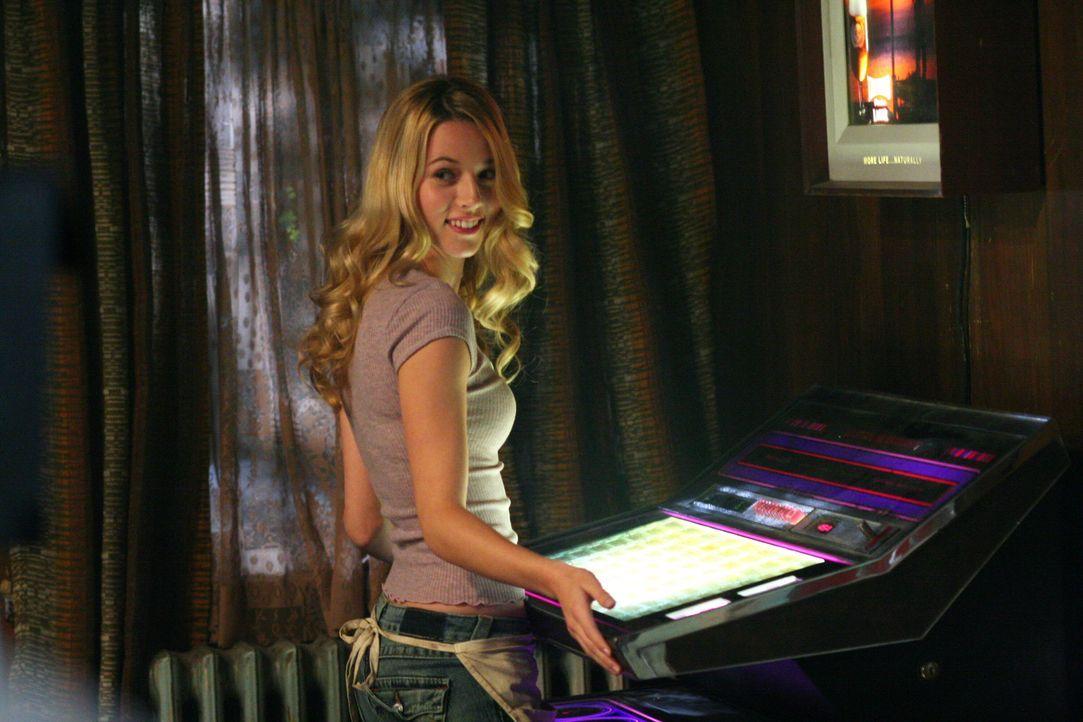 """Jo (Alona Tal) arbeitet als Barkeeperin im """"Road House"""" und freut sich immer, wenn die Brüder dort vorbeikommen ... - Bildquelle: Warner Bros. Television"""
