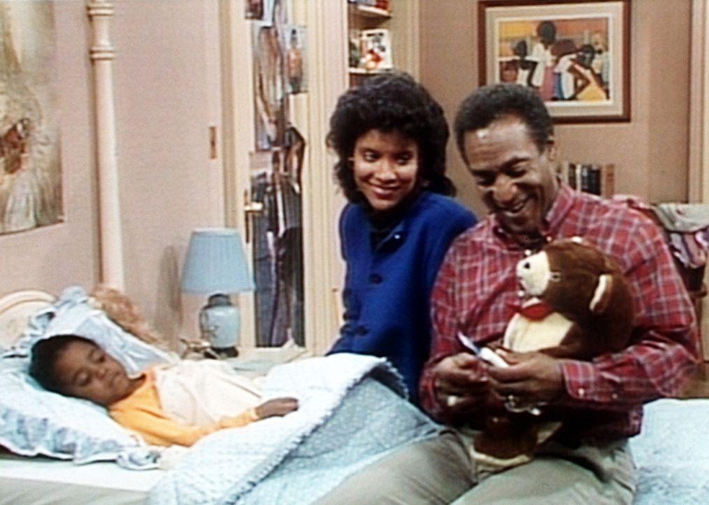 Rudy (Keshia Knight Pulliam, l.) möchte, dass Cliff (Bill Cosby, r.) ihrem Teddy Fieber misst, wofür Clair (Phylicia Rashad, M.) vollstes Verstän... - Bildquelle: Viacom