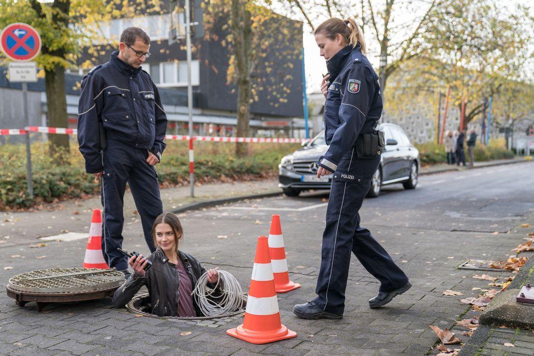Klinkt sich in das Sicherheitssystem und die Kameras der überfallenen Bank ein: Julia Weigert (Laura Berlin, M.) ... - Bildquelle: Wolfgang Ennenbach SAT.1