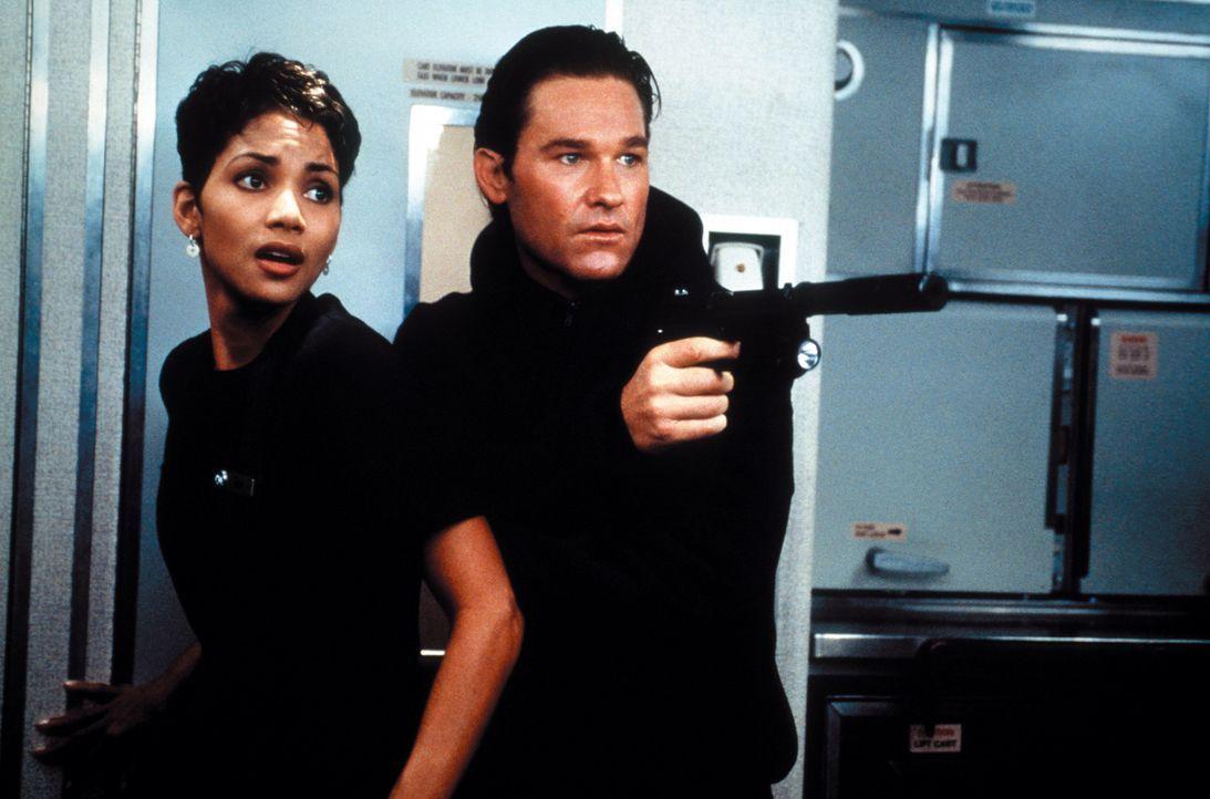 Für die Flugbegleiterin Jean (Halle Berry, l.) und Grant (Kurt Russell, r.) beginnt ein gnadenloser Wettlauf mit der Zeit, denn die US-Regierung wi... - Bildquelle: Warner Bros. Pictures