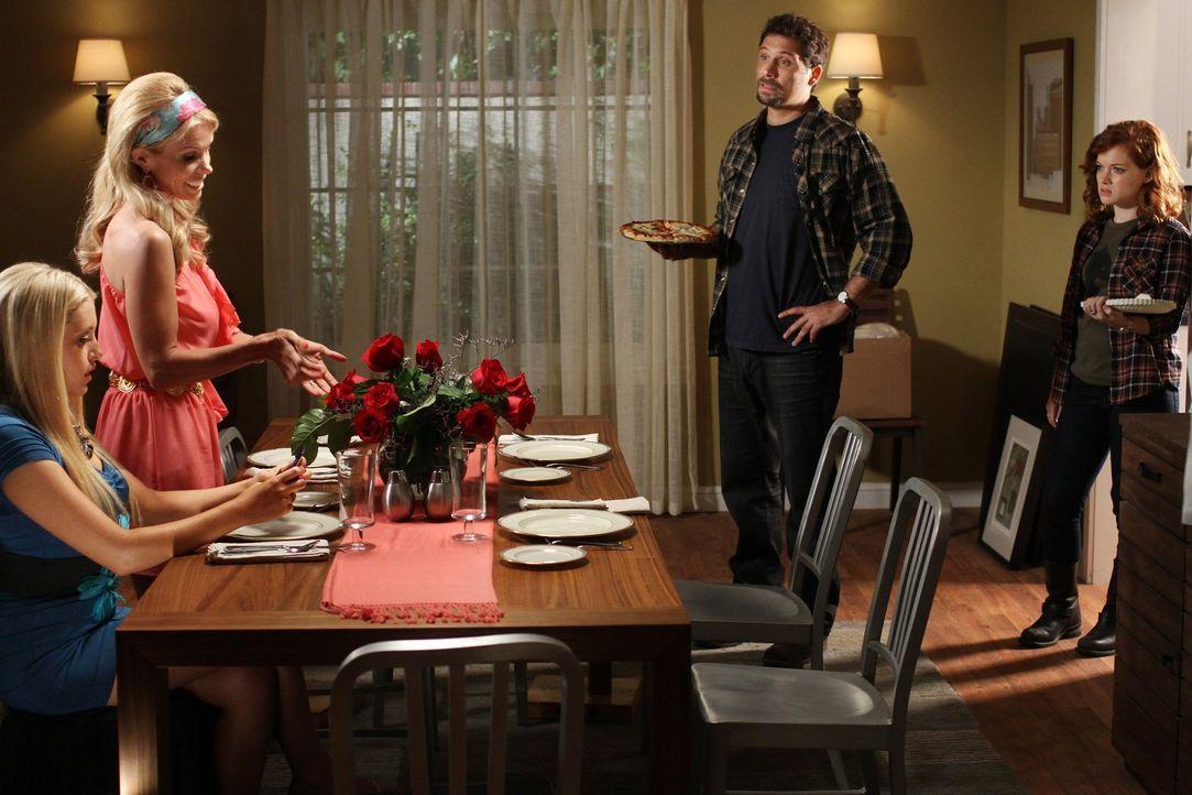 Müssen Notgedrungen eine Nacht zusammen verbringen: Dallas (Cheryl Hines, 2.v.l.) Dalia (Carly Chaikin, l.), George (Jeremy Sisto, 2.v.r.) und Tess... - Bildquelle: Warner Bros. Television