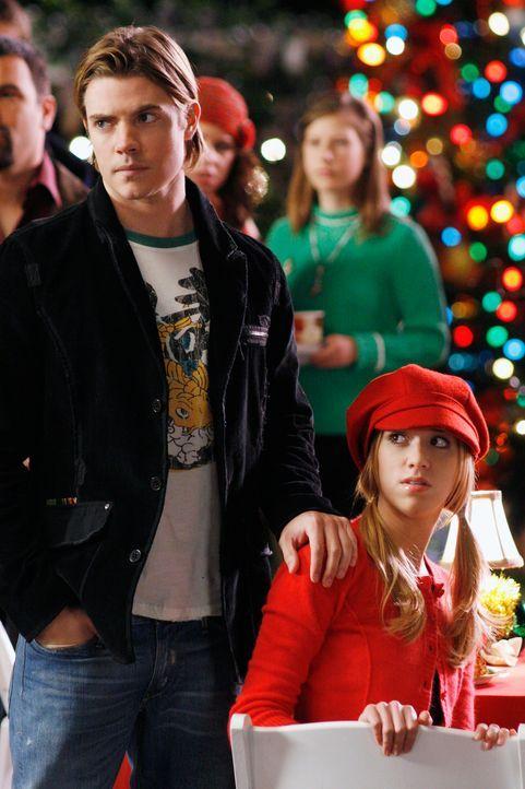 Sind überrascht, als Art auf der alljährlichen Weihnachtfeier der Wisteria Lane erscheint: Julie (Andrea Bowen, r.) und Austin (Josh Henderson, l.)... - Bildquelle: 2005 Touchstone Television  All Rights Reserved