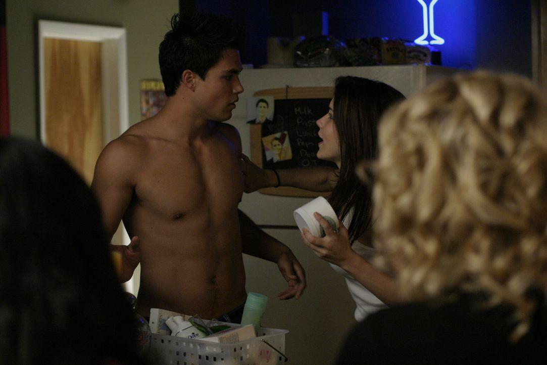 Felix (Micheal Copon, l.) und Brooke (Sophia Bush, r.) sorgen für viel Gesprächsstoff. Doch auch untereinander haben die beiden einiges zu klären... - Bildquelle: Warner Bros. Pictures