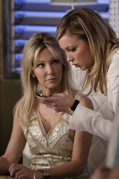 Die Rollen werden neu verteilt: Ella (Katie Cassidy, r.) dominiert über Amanda (Heather Locklear, l.) - schafft diese es noch, den Spieß wieder um... - Bildquelle: 2009 The CW Network, LLC. All rights reserved.