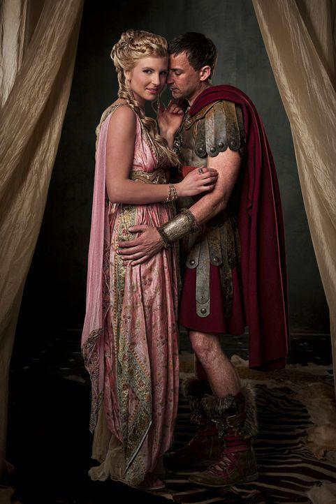 Ilithyia (Viva Bianca, l.), Tochter des Senators Albinius, träumt davon, dass ihr Ehemann Claudius Glaber (Craig Parker, r.) Karriere macht. Sie pus... - Bildquelle: 2009 Starz Entertainment, LLC