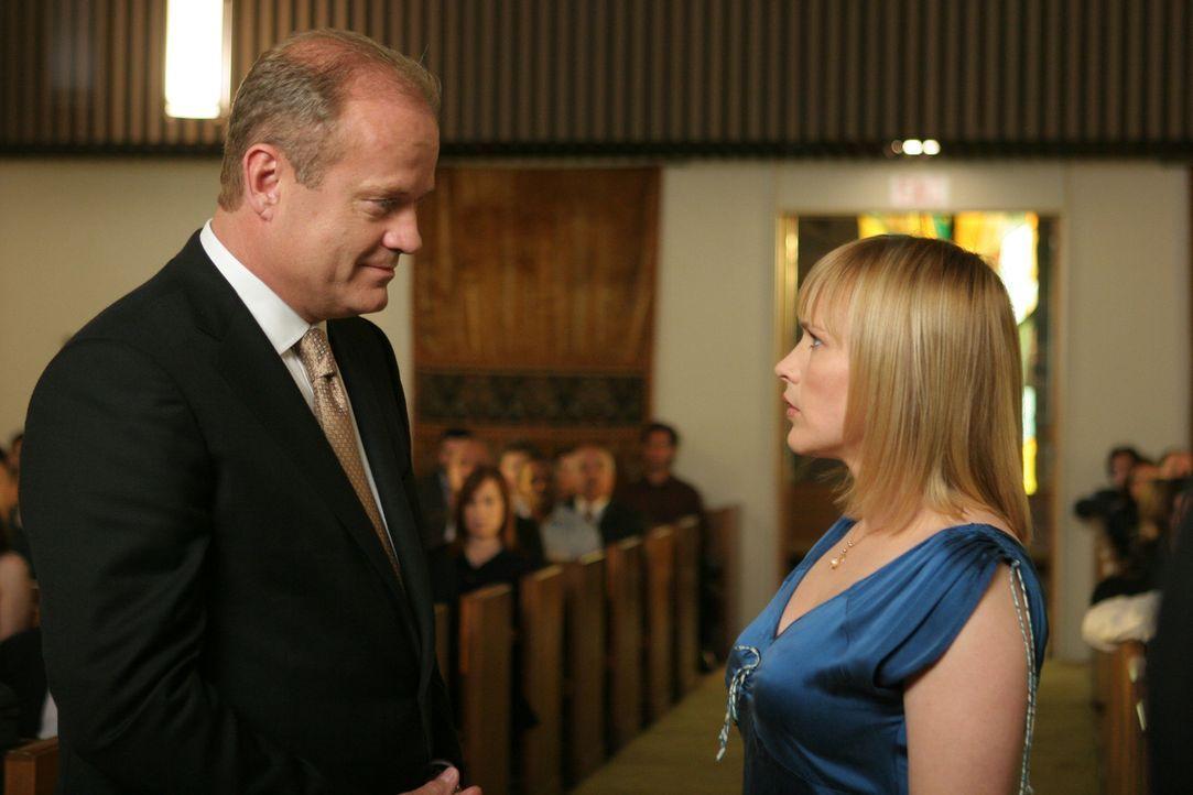 Sehr schnell bemerkt Allison Dubois (Patricia Arquette, r.), dass Bob Sherman (Kelsey Grammer, l.) nichts Gutes im Sinn hat ? - Bildquelle: Paramount Network Television